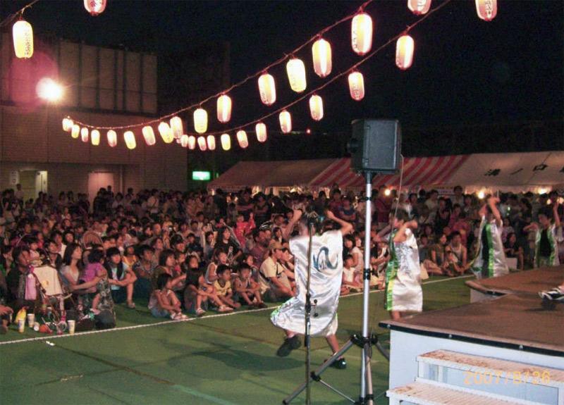 溝口ノクティ屋上で開催された「溝口駅前納涼盆踊り大会」に、南行徳スカイの応援を頂きSAKADO WINDSが出演しました。