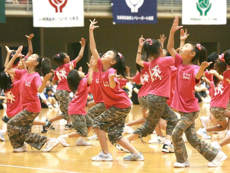 「向っ子ダンサーズ」「夢桜」「SAKADO WINDS」が、第39回全国ママさんバレーボール大会の交歓会に出演。