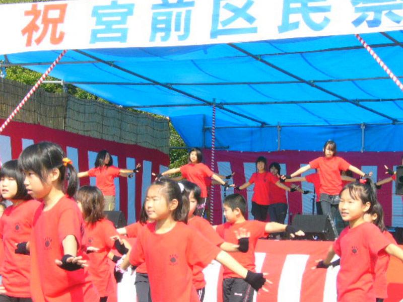 2008年10月19日、EMIダンスチーム(犬蔵中学校区地域教育会議の犬蔵中学校、犬蔵小学校、白幡台小学校の生徒・児童)が、第27回宮前区民祭に'初'参加しました。